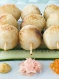 Brochettes de bille de poissons avec de la salade de concombre photos stock