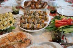 Brochettes de chiche-kebab de poulet avec les légumes assortis photo stock