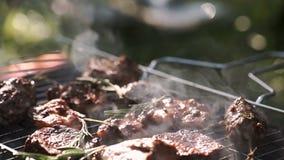 Brochettes de crevette et de légume sur le gril banque de vidéos