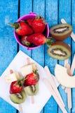 Brochettes de fruit photo stock