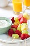 Brochettes de fruit avec du yaourt Image libre de droits