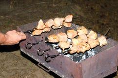 Brochettes de nourriture de porc dans le gril de torréfaction Photos stock
