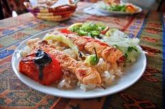 Brochettes de poulet avec de la salade de riz et de légume Images stock