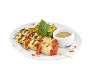 Brochettes de poulet avec les pommes de terre et la sauce Photo stock