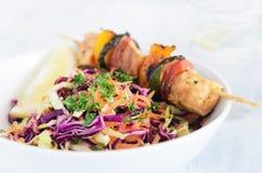 Brochettes de poulet d'été avec la salade de choux Photo stock