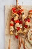 Brochettes de poulet et de champignon avec les légumes frais viande de rôti sur des brochettes sur le feu ouvert photo stock