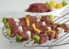 Brochettes de viande crues Photos libres de droits