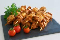 Brochettes de viande sur un plateau noir d'ardoise Photos stock