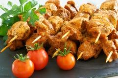 Brochettes de viande sur un plateau noir d'ardoise Photo stock