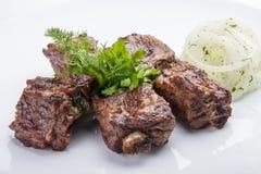 Brochettes des nervures de porc aux oignons images stock