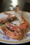 Brochettes des poissons avec des crevettes roses de roi Photo libre de droits