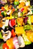 Brochettes fraîches sur le barbecue Photographie stock libre de droits