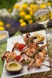 Brochettes grillées de crevettes pour le dîner dans le jardin Images libres de droits