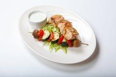 Brochettes grillées de légume et de viande sur le fond blanc Photo stock
