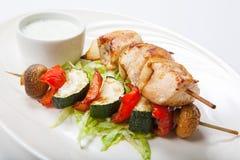 Brochettes grillées de légume et de viande sur le fond blanc Images libres de droits