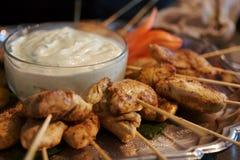 Brochettes grillées de poulet avec de la sauce à plongement Photos stock
