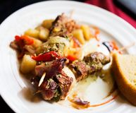 Brochettes grillées de viande avec des légumes Image stock