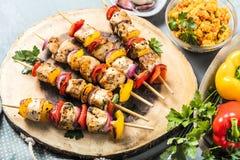 Brochettes grillées des légumes et de la viande sur le Tableau image stock