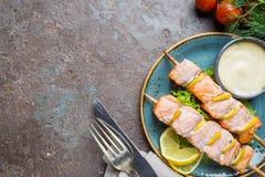 Brochettes grillées des saumons photo libre de droits