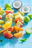 Brochettes savoureuses avec le mélange des fruits pour le casse-croûte en été photo stock