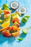 Brochettes savoureuses avec le mélange des fruits pour la partie en été image libre de droits