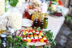 Brochettes végétales avec du fromage, maïs éclaté au pique-nique Photo libre de droits