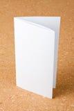 Brochura vazia da página da dobradura uma no fundo do corkboard Fotografia de Stock