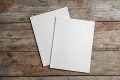 Brochures avec la couverture vide sur le fond en bois, vue supérieure photos stock