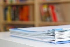 Brochures op Lijst Royalty-vrije Stock Afbeelding