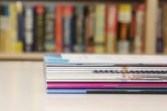 Brochures op Lijst Royalty-vrije Stock Foto's