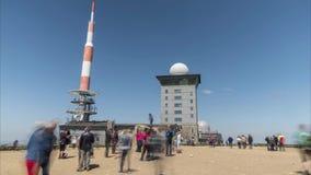 Brocken Tyskland - Maj 21, 2018: Turist på maximum av Brocken, 1142 metrar höjd, i Harz berg i nordlig Tyskland stock video