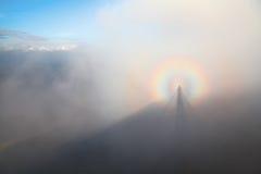 Brocken widmo w Karpackich górach na mgłowym dniu Zdjęcie Stock