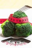 Brocoli avec la bande de mesure sur l'échelle de poids dieting images libres de droits