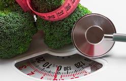 Brocoli avec la bande de mesure sur l'échelle de poids dieting photos libres de droits