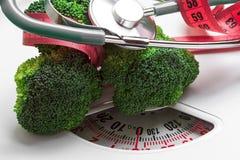 Brocoli avec la bande de mesure sur l'échelle de poids dieting images stock