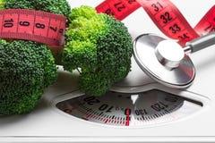 Brocoli avec la bande de mesure sur l'échelle de poids dieting photographie stock