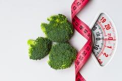 Brocoli avec la bande de mesure sur l'échelle de poids dieting photographie stock libre de droits