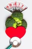 Brocoli avec le stéthoscope sur l'échelle de poids dieting Images stock