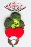 Brocoli avec le stéthoscope sur l'échelle de poids dieting Image stock