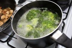 Brocoli bouillant dans un pot Photographie stock
