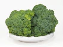 Brocoli dans un plat blanc Image stock