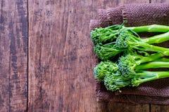 Brocoli frais sur la fin en bois de table  Photos stock