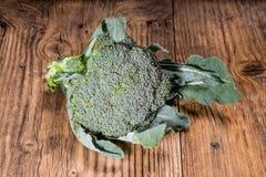 Brocoli frais sur une table Images stock