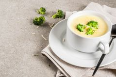 Brocoli, fromage et potage au poulet photos libres de droits