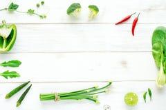 Brocoli, poivre, gombo, oignon, pousses sur une table blanche Images libres de droits