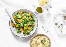 Brocoli, salade chaude de potiron avec le couscous sur un fond clair, vue supérieure Concept végétarien de nourriture, mode de vi Image libre de droits