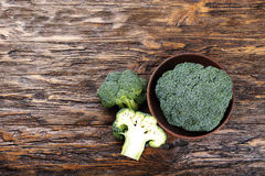 Brocoli sur une table en bois Photo libre de droits