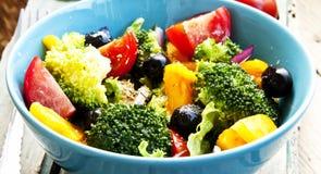 Brocoli, tomate et Olive Salad Photo stock