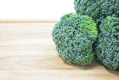 Brocoli vert frais d'isolement avec le fond blanc Photo stock