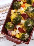 Brocolli och potatiseldfast form Arkivfoto